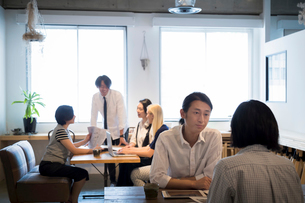 ミーティングをする外国人と日本人の写真素材 [FYI02068372]