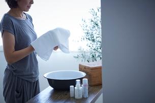 洗顔する女性の写真素材 [FYI02068375]