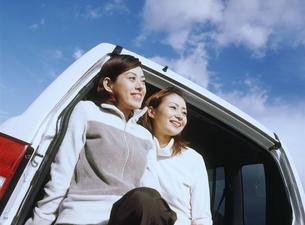 車に乗る女性2人の写真素材 [FYI02068379]
