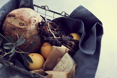 籠の中のパンとチーズとレモンの写真素材 [FYI02068403]