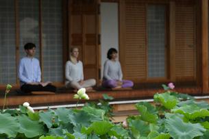座禅をする外国人3人の写真素材 [FYI02068406]