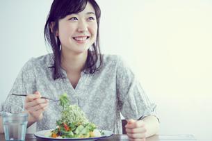 サラダを食べる女性の写真素材 [FYI02068421]