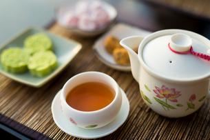 中国冷茶と茶菓子 台湾の写真素材 [FYI02068422]