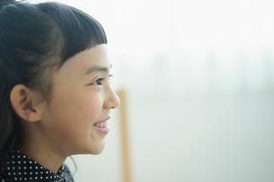 笑顔の女の子の横顔の写真素材 [FYI02068425]
