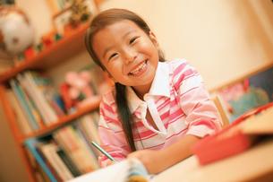 勉強する女の子の写真素材 [FYI02068430]