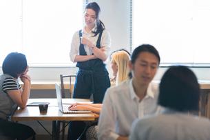 ミーティングをする外国人と日本人の写真素材 [FYI02068448]