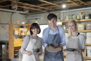 陶芸作品を持つ外国人3人の写真素材 [FYI02068449]