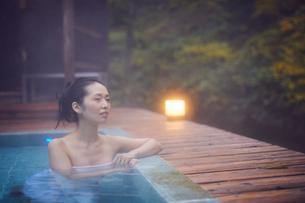 露天風呂に入浴するミドル女性の写真素材 [FYI02068478]