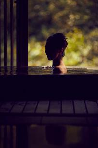 温泉に入浴するミドル女性の写真素材 [FYI02068482]