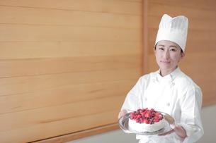 ケーキを持つパティシエの写真素材 [FYI02068489]
