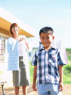 洗濯物を干す母親と男の子の写真素材 [FYI02068490]