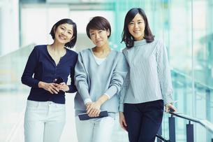 モバイルを持つ女性3人の写真素材 [FYI02068496]