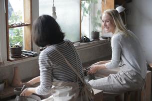 陶芸をする外国人女性2人の写真素材 [FYI02068497]