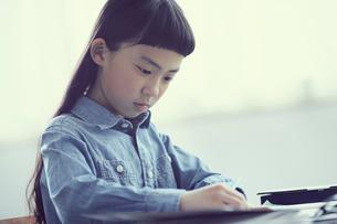 授業を受ける女の子の写真素材 [FYI02068510]
