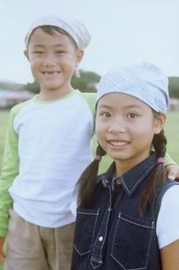 公園のバンダナをした女の子2人の写真素材 [FYI02068516]