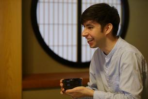 抹茶を飲む外国人男性の写真素材 [FYI02068521]