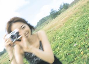 カメラをかまえる女性の写真素材 [FYI02068522]