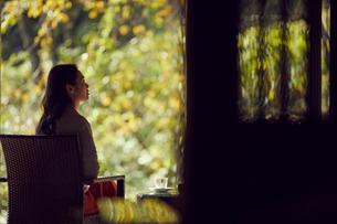くつろぐミドル女性の写真素材 [FYI02068525]