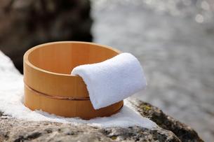 雪と風呂桶とタオルの写真素材 [FYI02068535]