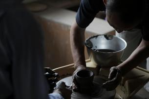 陶芸を教える陶芸家の写真素材 [FYI02068555]