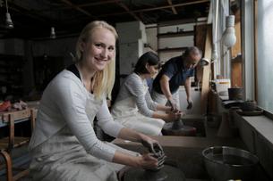 陶芸を教わる外国人女性2人の写真素材 [FYI02068563]