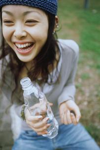 ペットボトルを持つ女性アップの写真素材 [FYI02068571]