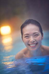 露天風呂に入浴するミドル女性の写真素材 [FYI02068639]