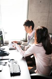 オフィスでPCを使い打合せをする男女の写真素材 [FYI02068667]