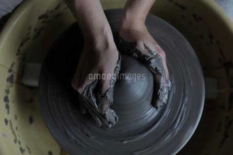 陶芸をする手元の写真素材 [FYI02068670]