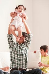 赤ちゃんを抱き上げる父親の写真素材 [FYI02068675]