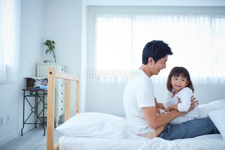 父親に甘える女の子の写真素材 [FYI02068681]