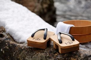 雪と下駄と風呂桶の写真素材 [FYI02068684]