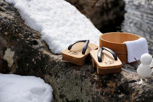 雪だるまと下駄と風呂桶の写真素材 [FYI02068686]