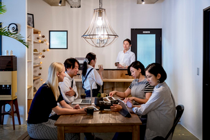ミーティングをする外国人と日本人の写真素材 [FYI02068699]