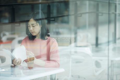 カフェで本を読む女性の写真素材 [FYI02068700]