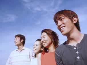 青空と若者4人の写真素材 [FYI02068704]
