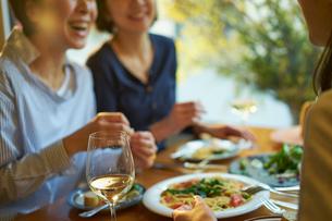 食事をする女性3人の写真素材 [FYI02068710]