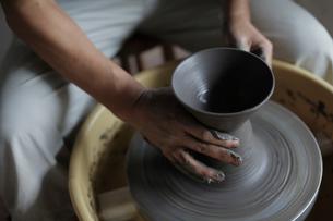 陶芸をする男性の手元の写真素材 [FYI02068713]