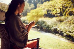 コーヒーを飲むミドル女性の写真素材 [FYI02068717]
