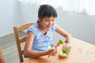 フルーツを食べる女の子の写真素材 [FYI02068724]