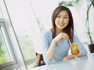 カフェでアイスティーを飲む女性の写真素材 [FYI02068727]