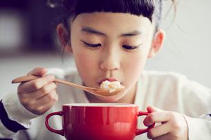 食事をする女の子の写真素材 [FYI02068729]