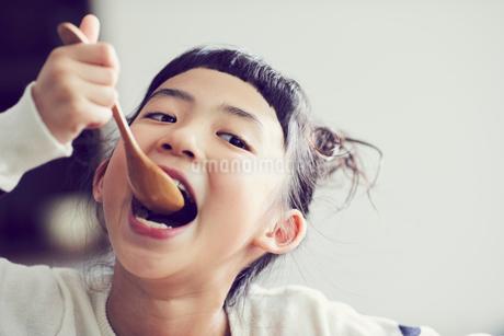 食事をする女の子の写真素材 [FYI02068741]