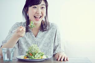 サラダを食べる女性の写真素材 [FYI02068750]