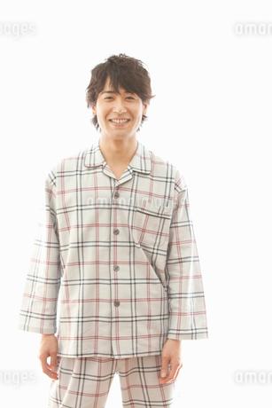 パジャマ姿の男性のポートレートの写真素材 [FYI02068754]