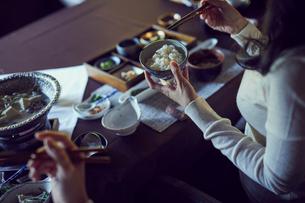 食事をするミドル夫婦の写真素材 [FYI02068757]