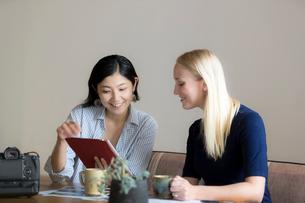 ミーティングをする外国人と日本人の写真素材 [FYI02068768]