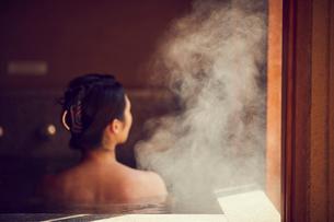 温泉に入浴するミドル女性の写真素材 [FYI02068774]