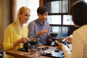 和食を食べる外国人3人の写真素材 [FYI02068793]