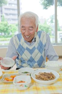 介護施設で食事をするシニア男性の写真素材 [FYI02068807]